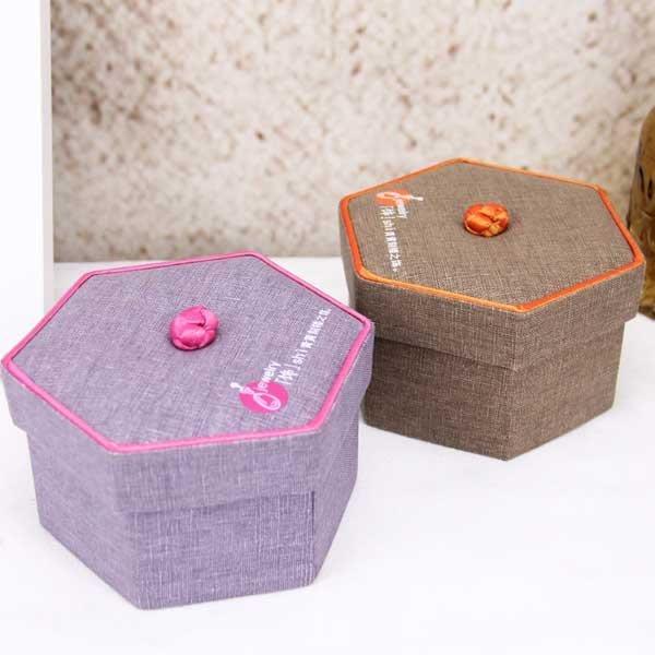 5Cgo【鴿樓】會員有優惠 522067325826 創意首飾盒 公主戒指盒 刺繡複古六邊形首飾收納盒 珠寶首飾盒飾品盒