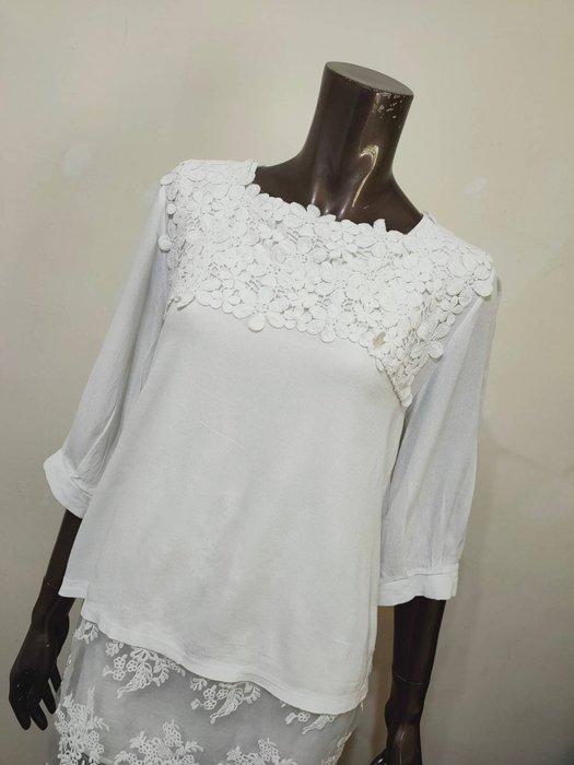 白色立體燒花七分袖上衣