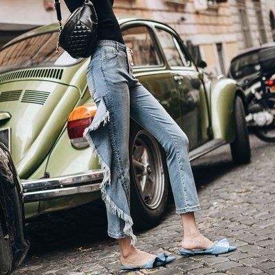 《巴黎拜金女》淺藍修身牛仔褲不規則拼接抽須9分褲