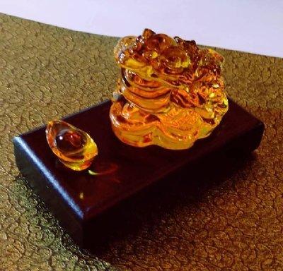 林老師開運坊~ 琉璃黃色蟾蜍(長6寬5 高4.2cm)+元寶、底座、旺財符~咬錢.招財~硃砂開光