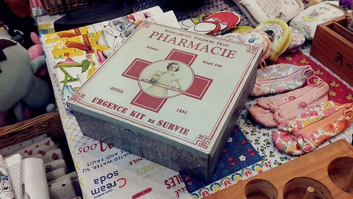 ~Cotton Milk 雜貨散步~ 美國鄉村雜貨 ---  PHARMACIE 鐵盒 (馬口鐵)