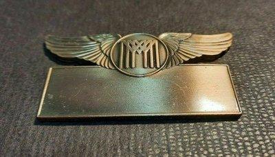 【觀天下‧收藏天地】絕版國際◎早期收藏《西洋金屬名牌◎有對翅膀的飛行圖騰》…