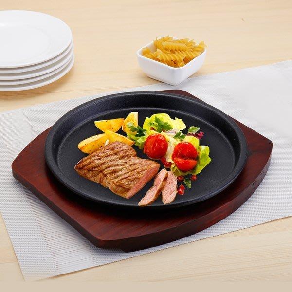 【無敵餐具】鑄鐵圓盤/牛排盤+木盤(直徑24cm) 鑄鐵盤/鑄鐵鍋/料理鍋/提把鍋【A0295】