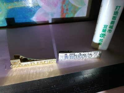 銘馨易拍重生網 107GT556 金屬製 海浪、山形、英文字徽夾 擺飾、擺件(2件ㄧ標) 保存如圖