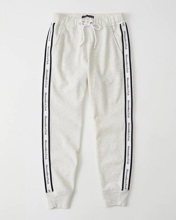 【天普小棧】A&F Abercrombie&Fitch Logo Tape Joggers運動長棉褲縮腳褲慢跑褲淺灰M號