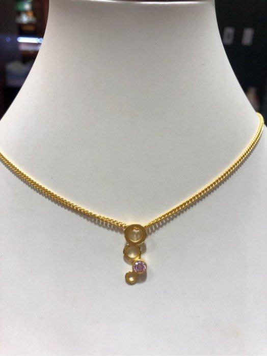黃金項鍊墜飾,搭配粉紅色施華洛世奇水晶,圓圈相連造型設計款式,超值優惠價3960元