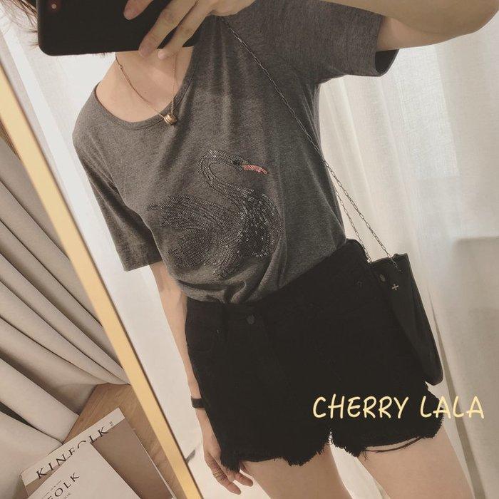 CHERRY LALA 韓。實拍。19夏。紅嘴釘珠美麗高貴白天鵝圓領短袖T恤-四色  N05261