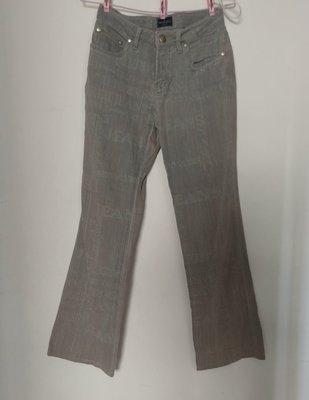 (搬家大出清)義大利頂級品牌 TRUSSARDI 淡灰卡其色休閒牛仔褲,靴型款設計,柔軟面料印有 Logo,及金屬Logo 在後口袋及鈕釦。英國尺寸 27碼 。