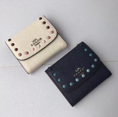 【八妹精品】COACH 31950 新款女士彩色釘珠三折短夾 短款錢包 後置拉鏈零錢包 多卡位大容量皮夾