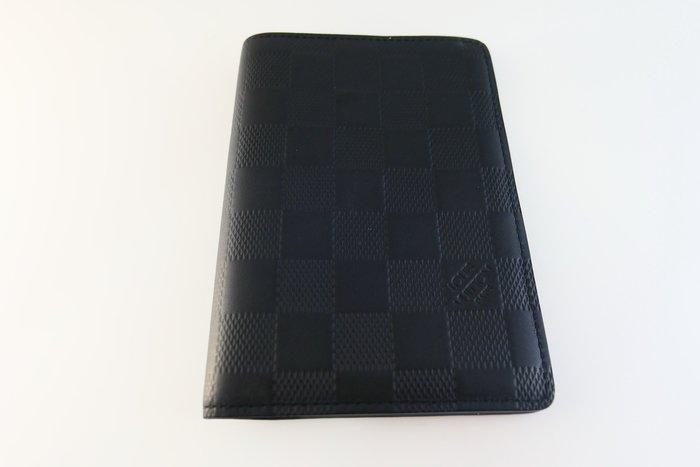 [吉宏精品交流中心]LV N63127 黑色 立體 棋盤格 對折 護照夾