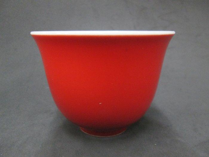 《福爾摩沙綠工場》@ 單色釉瓷杯-辣椒紅,底款:上海市博物館 一九六二年,容量120CC 特價650元。