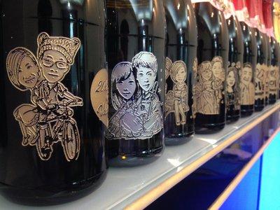 高雄成芳酒瓶雕刻~魔漫相機系列~(結婚&生日&父親母親節&畢業&情人節&喬遷~)~成芳酒瓶雕刻