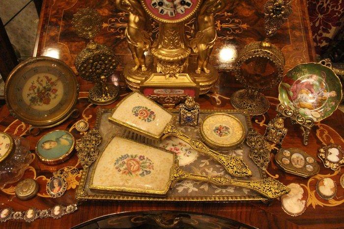 【家與收藏】賠售特價稀有珍藏歐洲古董英國優雅蕾絲刺繡梳妝手妝鏡梳