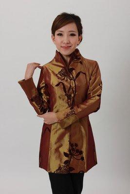 【水水女人國】~現貨零碼成本出清,最後XL一件 只要499元~對襟包扣亮緞絲絨花中長唐裝外套