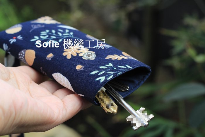 Sofie 機縫工房【花菓葉子-深藍】手工鑰匙包 布鑰匙袋 汽車鑰匙包 鎖匙套 伸縮鑰匙圈 手作抽拉鑰匙包 鑰匙ID扣包
