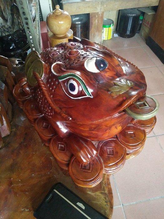 拼人氣,早期收藏,印尼國寶,帝王木,檀香琥珀,血龍木,招財三腳蟾蜍,長約40公分,寬24公分,高24公分,重13,5公斤