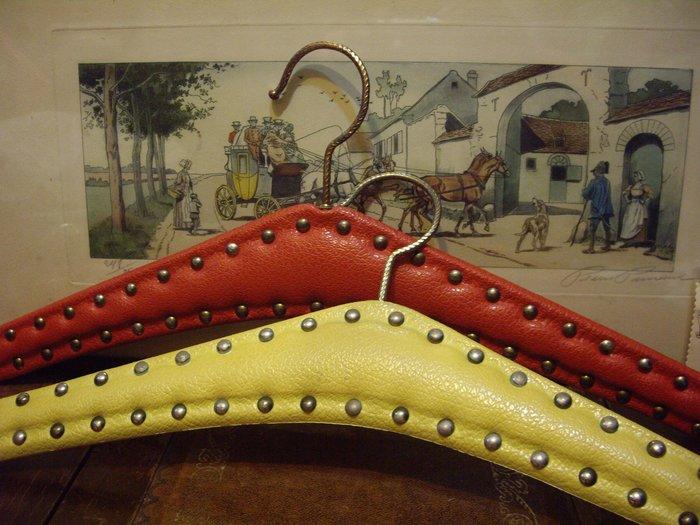 歐洲古物時尚雜貨 鉚釘衣架 紅 黃 擺飾品 古董收藏 一組2件