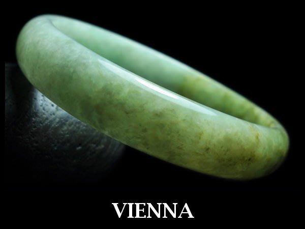 《A貨翡翠》【VIENNA】《手圍18.4/13mm版寬》緬甸玉/冰種聖地嫩豆綠帶楓糖/玉鐲/手鐲Z-018