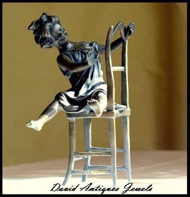 ((天堂鳥)) 少女坐在椅子上戲耍銅雕