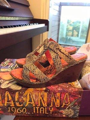 *YES小舖* ~ MACANNA 麥肯納蛇紋楔型跟鞋