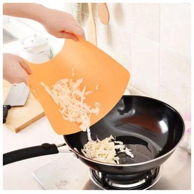 超薄軟塑料砧板 厨房切菜菜板 可彎曲懸掛切菜板 防滑砧板 刀板 24*35公分【柔凡詩】3148