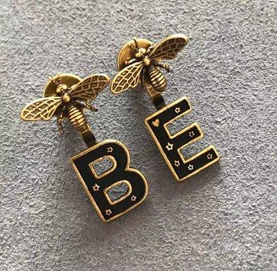 《巴黎拜金女》黃銅蜻蜓字母耳環