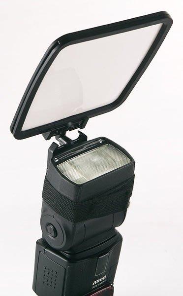 呈現攝影-閃光燈專用反光板、柔光板、反射板有綁帶式固定設計可360度旋轉