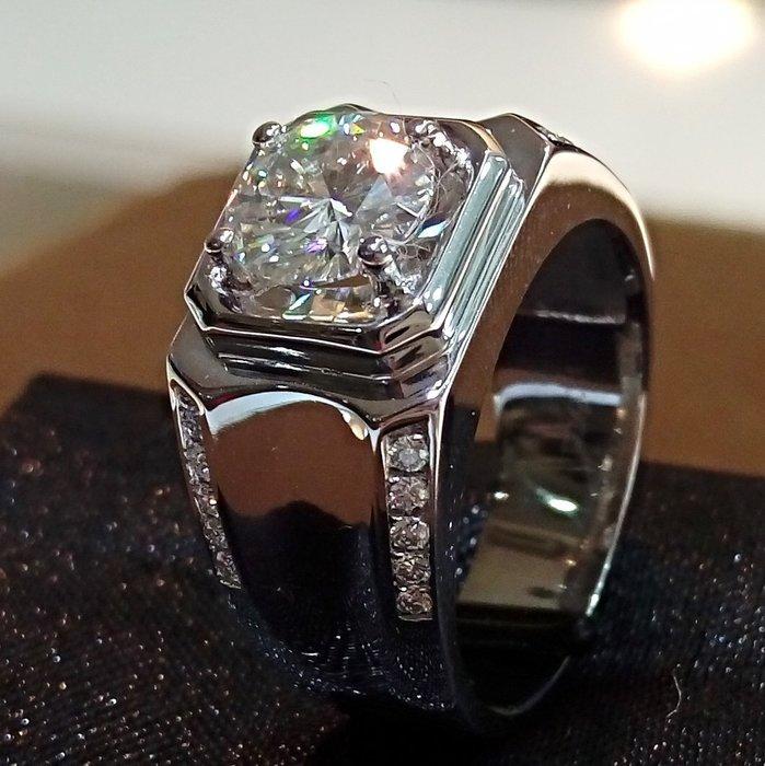 莫桑鑽2克拉男士戒指 寬版大器925純銀鍍鉑金指環 鑲嵌國產 鑽戒摩星鑽仿真鑽石  ZB鑽寶