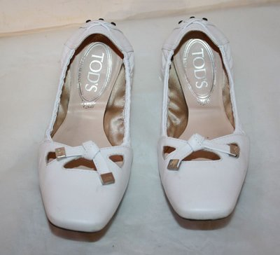 海洋工坊二手名牌旗艦店~TOD'S 白色豆豆鞋(size:35) ~~~出清價商品~~~