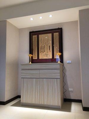 木櫃型神桌 裝潢式佛桌 實木雕刻神明彩 木雕佛聯 琉璃蓮花燈 現代居家佛堂設計 神明廳空間規劃