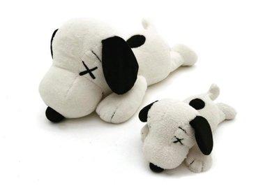 現貨~限量Uniqlo x KAWS x Peanuts 潮流聯名 小史奴比娃娃 S號 優衣庫 黑白趴著趴姿絨毛玩偶