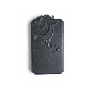 《博古珍藏》和闐白底墨玉花卉玉牌.87公克玉珮項鍊.膠如漆黑如墨.早期收藏.附錦盒.行家勿錯過