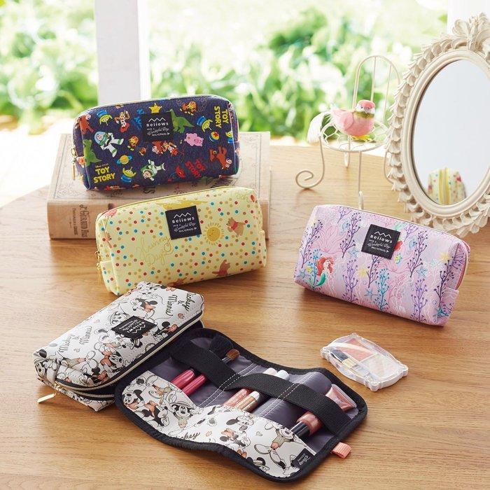 迪士尼Disney《預購》收取方便化妝包 筆袋 小物包~米奇 維尼 愛麗兒 玩具總動員~日本正品~共4款~心心小舖