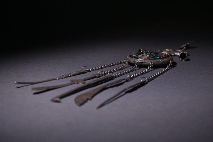 悅年堂 --- 銀填琺瑯 博古紋 掛鈴 鐺掛刀劍 掛件