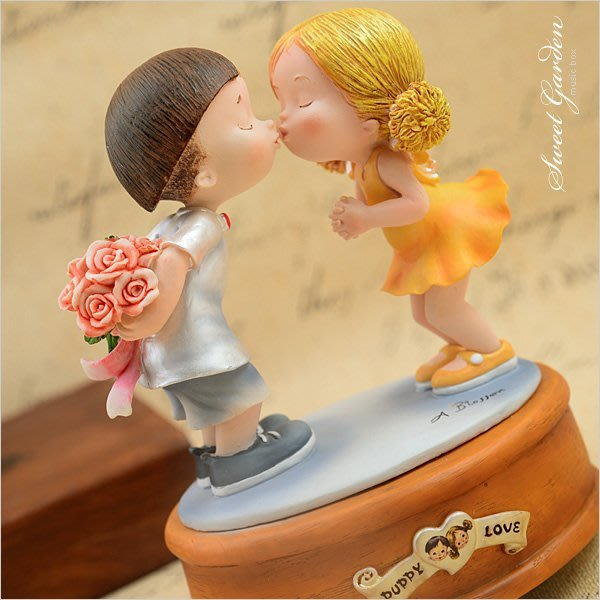 Sweet Garden, 情人禮物 戀愛系列 房間擺飾 男孩與女孩純純愛戀 初吻旋轉音樂盒(免運)