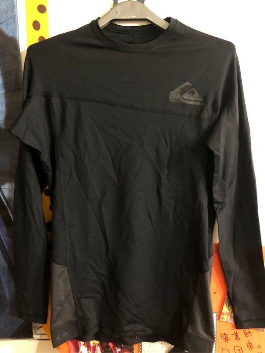 (羽球世家) 閃銀Quiksilver 海灘防曬衣 防磨衣 黑色 具備UPF 50+ 防曬係數 長袖基本款 伸縮性極佳 衝浪手必備款