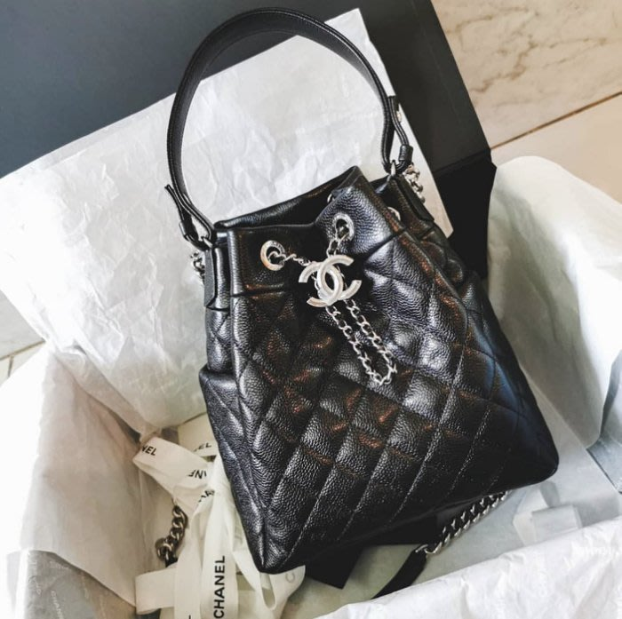 Chanel AS0323 新款 荔枝紋鍊帶水筒包 黑