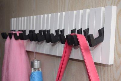歐式家裝壁飾 彩色鋼琴壁掛掛架時尚墻壁壁掛衣帽架 琴鍵掛鉤壁掛wy
