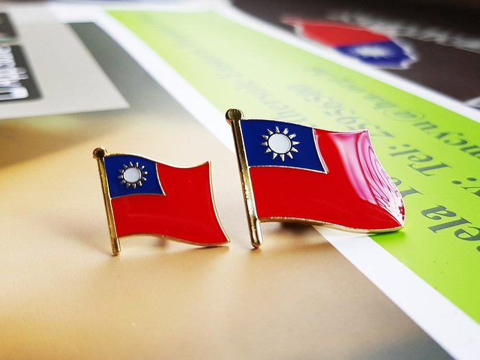 大小台灣國旗徽章。國旗徽章。大徽章W2.5公分xH2.3公分+小徽章W1.5xH1.5公分。大小徽章各20個共40枚