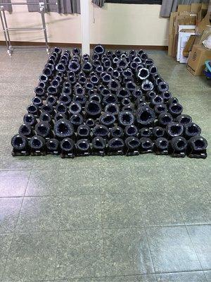 平均2-6公斤烏拉圭ESP「玄武岩原皮」紫水晶洞600多公斤到店了喔