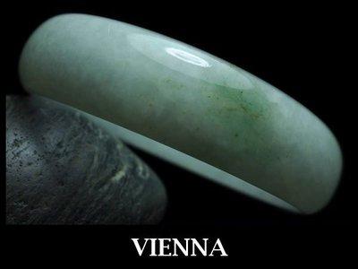 《A貨翡翠》【VIENNA】《手圍18/14mm版寬》緬甸玉/冰種氣質嫩豆蜜糖綠花 (橢圓)玉鐲/手鐲U*012