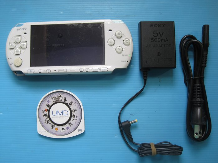 PSP 3007型.白色單主機.附戰鼓啪打碰2 .無附電池配件 讀取操作功能良好.圖片內容為實物.....