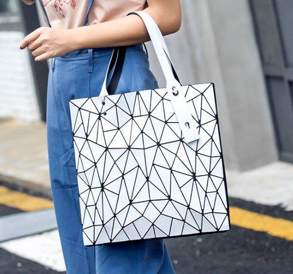 楞宅 ~ 代購熱銷幾何亂三角啞光折叠肩背包手提包  /MF163