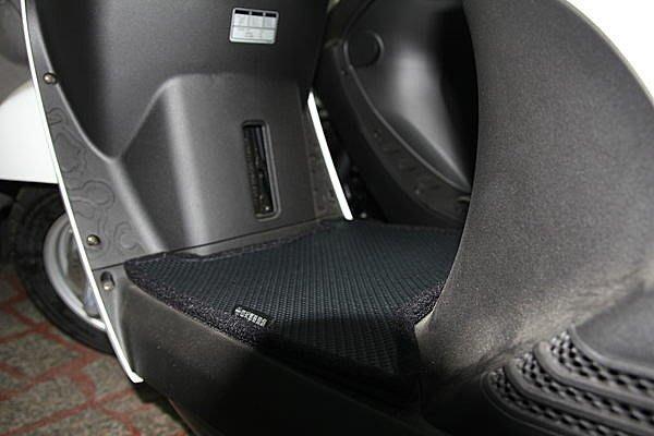 MILK71322目光踏墊-消光黑色卡夢雙層止滑減震耐磨機車腳踏墊精品-光陽MANY 100/110