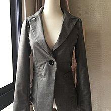 《寶兒花園》灰色單釦腰身曲線西裝外套 附緞面條紋領巾