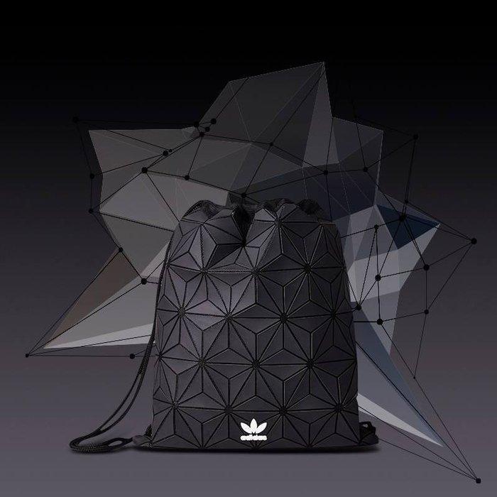 【豬豬老闆】ADIDAS URBAN 限量 黑色 立體圖案 三宅一生 個性 拼塊 運動 束口袋 後背 DH0209