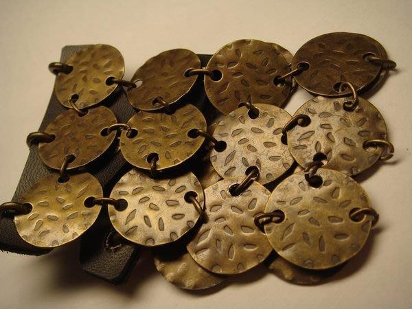 全新美國帶回來的精緻雕花造型手環,很有型,賣場另有同款方形版!低價起標無底價!本商品免運費!