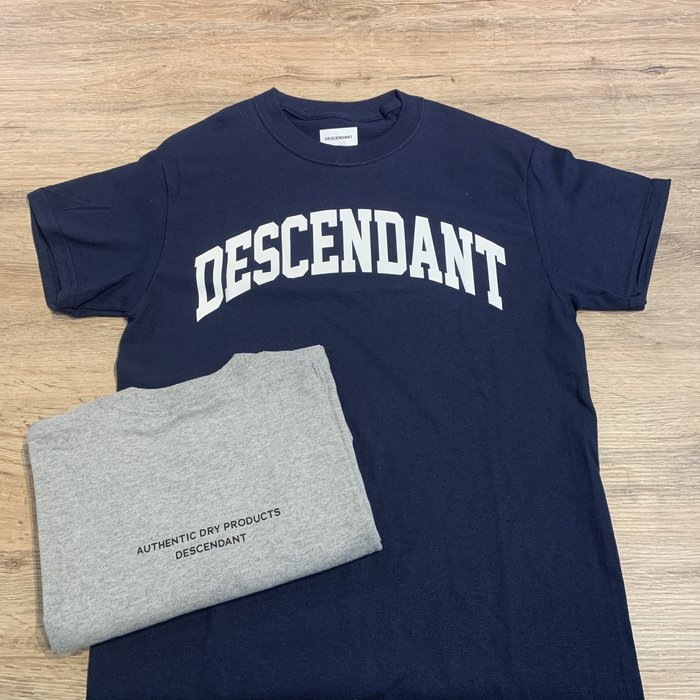 【MASS】DESCENDANT DCDT BAR DESCENDANT DCDT TEAM SS TEE 灰色/深藍