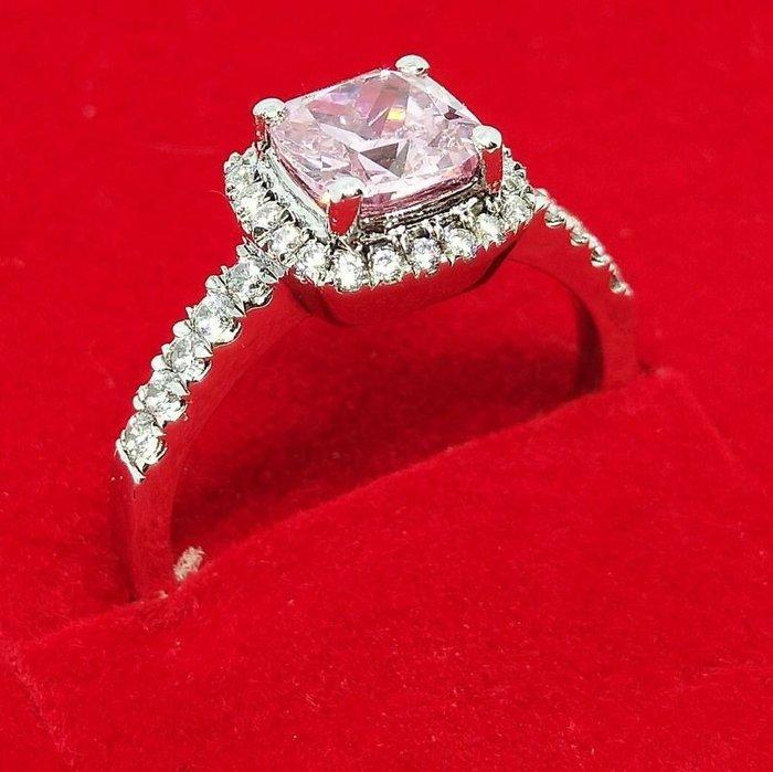 粉色鑽石免運拍賣純銀戒指微鑲飾品 主鑽1克拉方鑽包邊高碳鉆石 定制鉑金18K純銀戒指 高碳仿真鑽石  FOREVER鑽寶