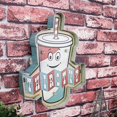 可愛搖搖杯造型可愛小夜燈 壁掛標示牌LED燈牌招牌 美式復古鐵製仿舊個性裝飾手搖飲壁飾燈排 塗鴉擬人飲料杯吊掛佈置鐵皮畫